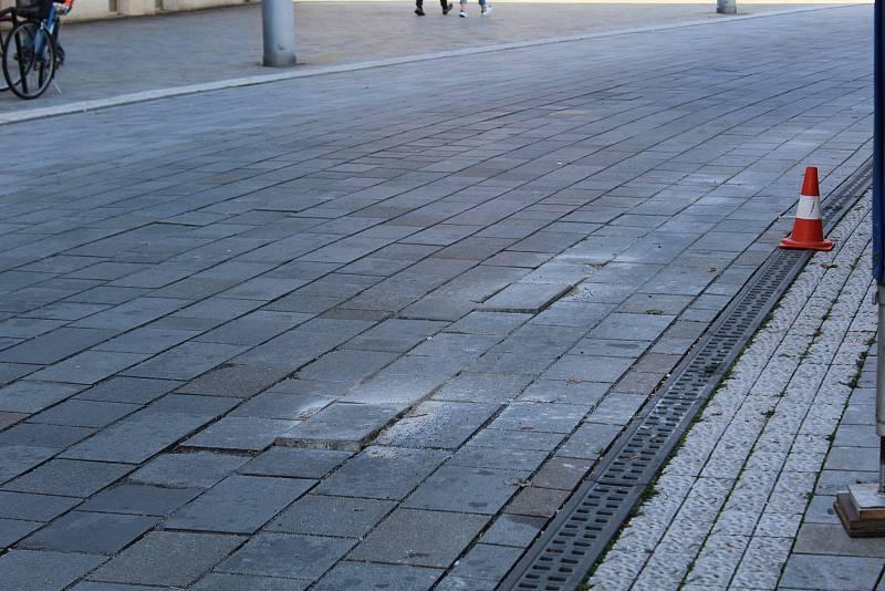 Části ulice třídy Míru potřebují opravit. Může za to nevhodný materiál i městská hromadná doprava. Dlaždice se nebezpečně hýbají a ohrožují například cyklisty