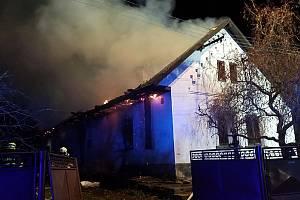 Sovolusky - hasiči vyjíždějí k hořícímu domu, uvnitř nacházejí dvě ohořela těla. (prosinec) Foto: HZS PAK