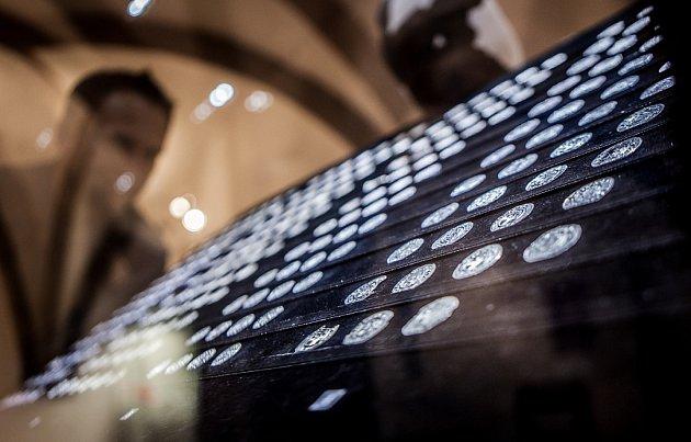 LEDEN. Archeologové začali zkoumat unikátní nález – keramická nádoba v sobě ukrývala asi 400 mincí a zhruba 300 jejich fragmentů z konce 10. století a z doby vlády Boleslava II. Nález podobného rozsahu je nevídaný, mluvilo se proto o pokladu století.