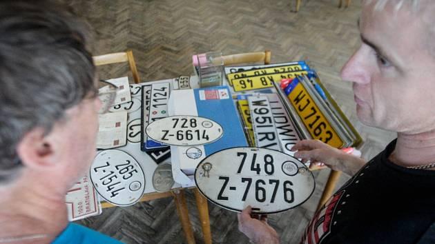 Značky, značky, značky. Mezi sběrateli v Černé za Bory se měnilo o sto šest.