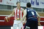 Basketbalové utkání Kooperativa NBL mezi BK JIP Pardubice (v bíločerném) a BK Armex Děčín (v černém) v pardubické hale na Dašické.