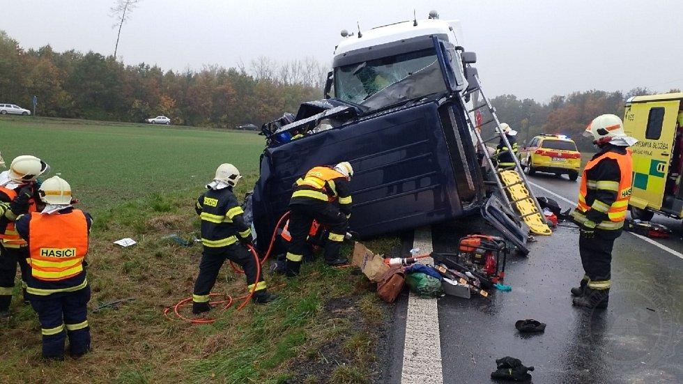 Při čelní srážce dodávky a kamionu zahynuli čtyři lidé z dodávky, další dva lidé skončili s těžkými zraněními v nemocnici.