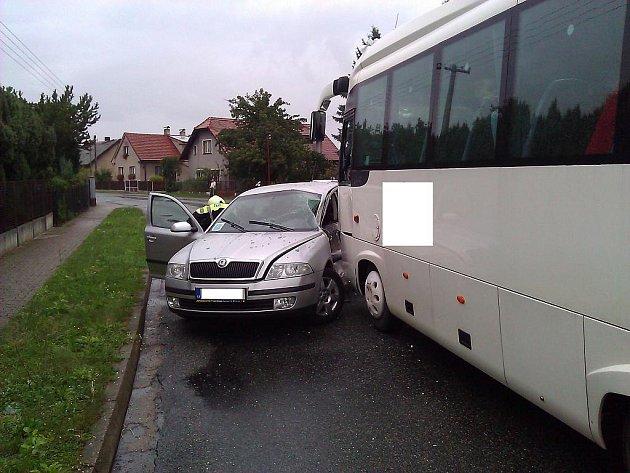 V Břehách boural autobus a auto