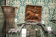 Dochovaná kachle s velice detailně provedeným reliéfem rytíře.