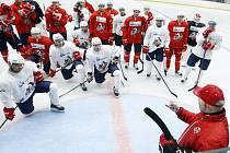 Návrat na led. Hokejisté Pardubic se přesunuli do malé haly, kde  včera poslouchali úvodní pokyny trenéra Petera Draisaitla.