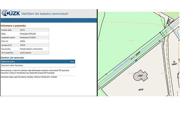 VÝPIS Z KATASTRU ukazuje situaci v parku Na Špici. Míchačka Miloše Holečka, kterou na mapce označuje modrý bod, stojí podle výpisu nikoliv na soukromém, ale na městském pozemku, který si majitel vily obehnal ostnatým drátem.