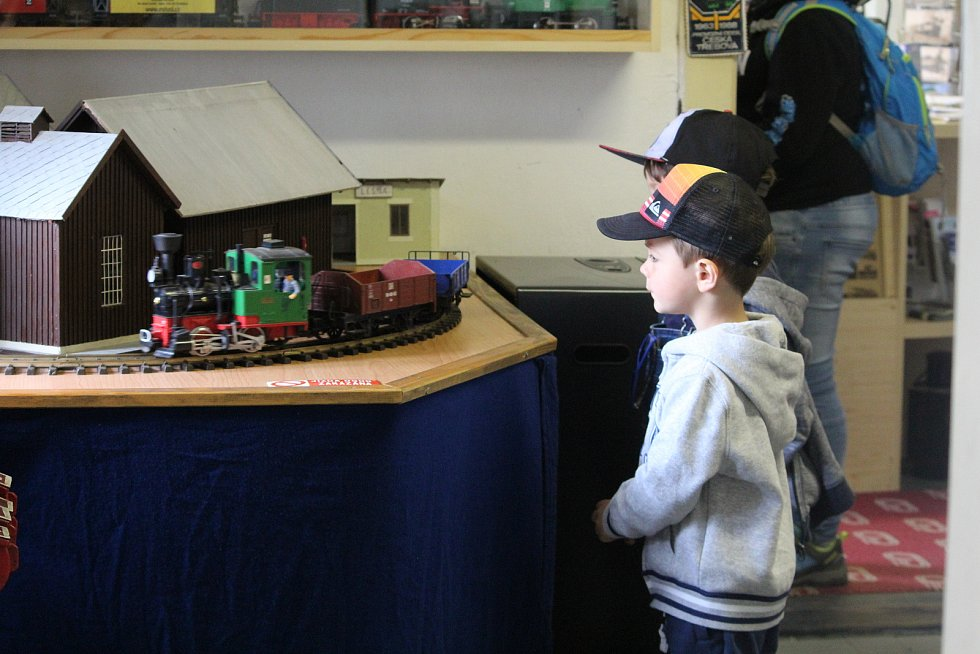 Děti a vlaky jsou záruka úsměvů.