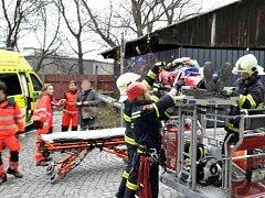 V ulici S. K. Neumanna hasiči museli snést zraněného dělníka. Spadl z lešení.