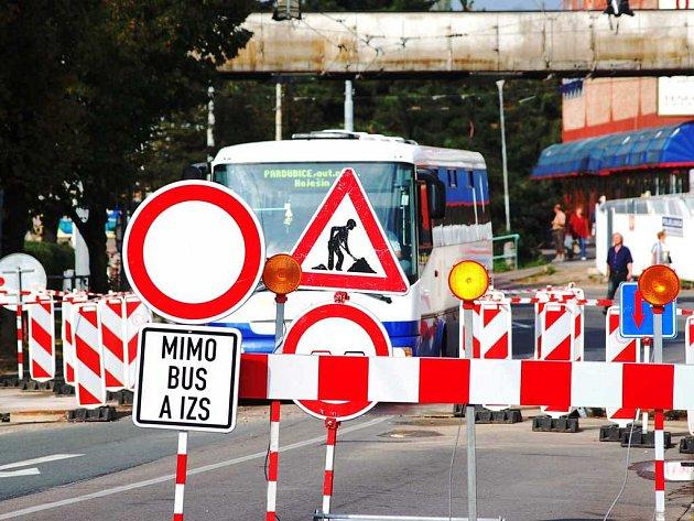 Uzavřenou ulicí smí projíždět jen autobusy a vozy integrovaného záchranného systému.