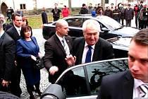Příjezd prezidenta Miloše Zemana před Krajský úřad Pardubického kraje.