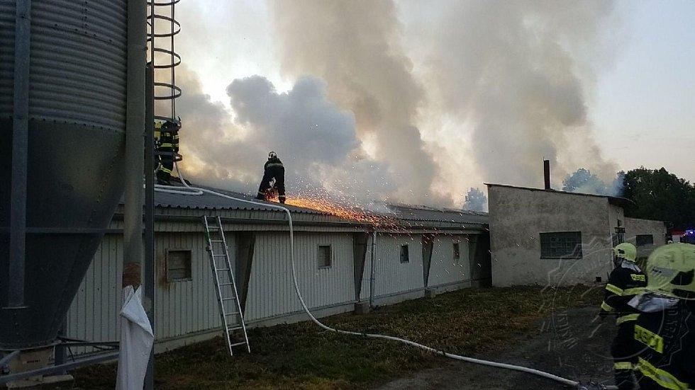 Hořící drůbežárna ve Starých Holicích