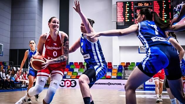 Renáta Březinová se prodírá obranou Bosny.