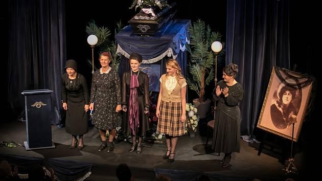 DĚKOVAČKA. Herečky Východočeského divadla Dagmar Novotná, Jindra Janoušková, Jana Ondrušková a Štěpánka Fingerhutová (zleva) se na premiéře dočkaly zasloužených ovací.