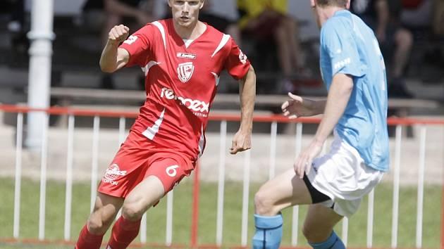 Tenhle pohled obránci v I. A třídě moc dobře znají, Josef Janecký si nabíhá s míčem u nohy, zacvičí s nimi a peláší na branku. Brzy možná dostane šanci i ve druhé lize.