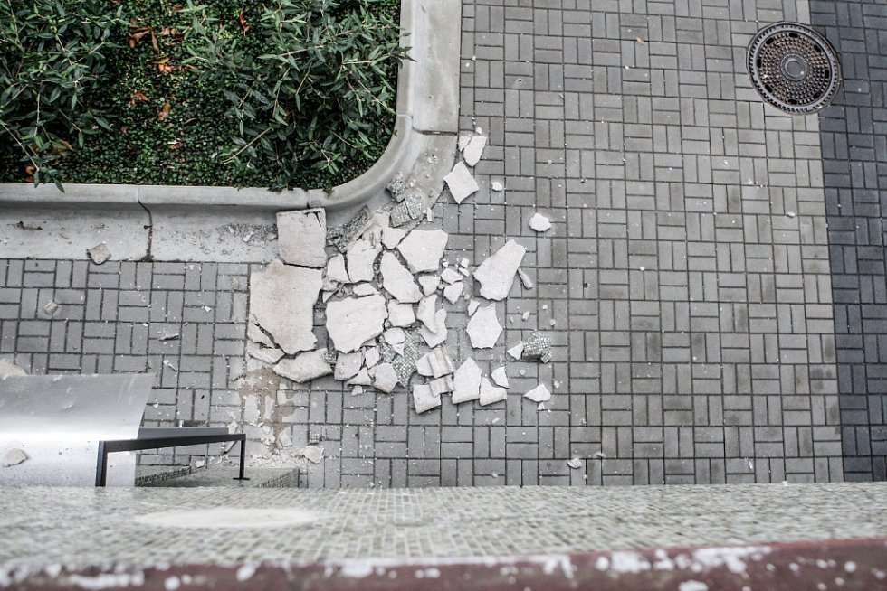 Poškozená fasáda na Dubině se sypala na chodník.