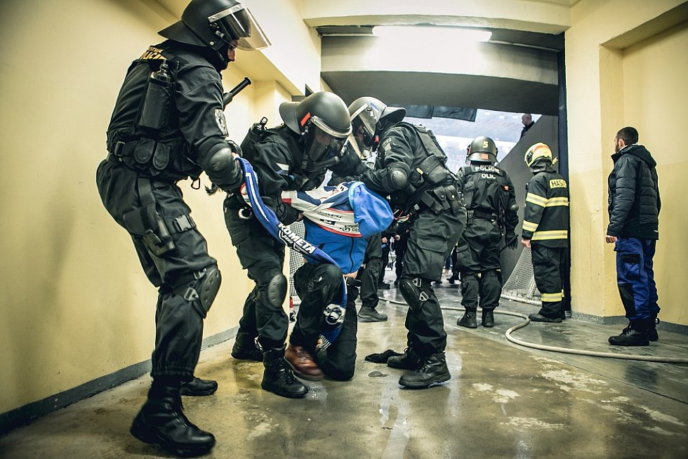 Duel Pardubic s Brnem. Policisté měli plno práce. Na nádraží museli zasahovat hned po příjezdu fanoušků. Kvůli pyrotechnice.