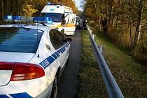 Motorkář u Bukovky havaroval. Naboural při předjíždění zezadu do osobního vozidla.