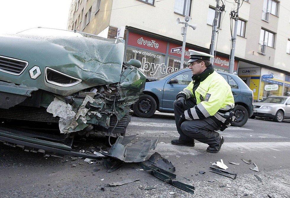 Tři auta po nehodě úplně zablokovala ulici Jana Palacha v Pardubicích.