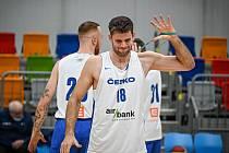 JEN TAK ZLEHOUNKA... Pokud by totiž pardubický silák Kamil Śvrdlík zapojil všechny své svaly, tak by se bývalý svitavský basketbalista Šimon Puršl ocitl na druhé straně haly na Královce.