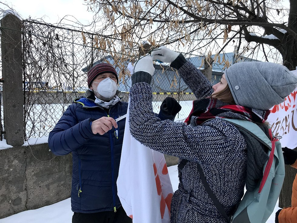 Aktivisté se snaží zachránit lipovou alej. Na stromy, které se mají pokácet vyvěsili v sobotu transparenty.