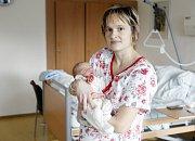 Nikola Šilingrová se narodila 8. listopadu v 1 hodinu 43 minut. Měřila 53 centimetrů, vážila 3300 gramů. Maminku Darinu při porodu podporoval tatínek Radek.  Z porodnice zamíří malá Nikolka s maminkou domů do Přelouče.