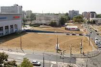 S travnatou plochou vedle Paláce Pardubice město žádné plány nemá. Rozvoj území bude složitý kvůli dopravní situaci, proto chce město počkat na silného partnera.