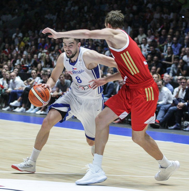 Basketbalové utkání kvalifikace na Mistrovství světa 2019 mezi Českou republikou (v bílém) a Ruskem (v červeném) v pardubické ČSOB pojišťovna ARENĚ.