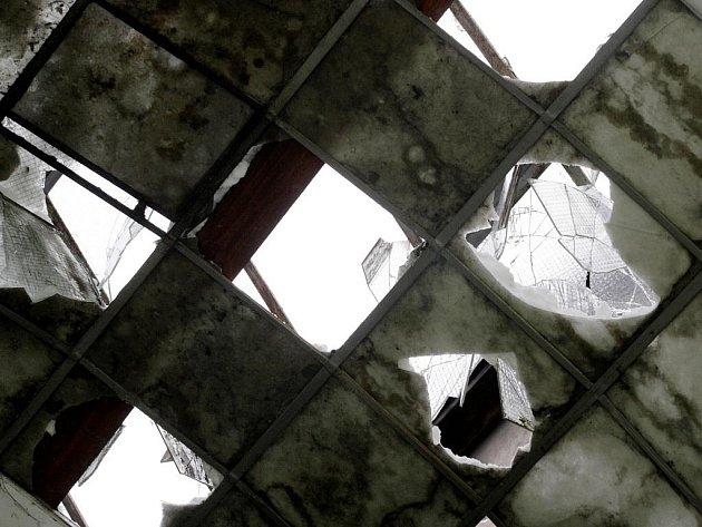 Nebezpečí. Ze stropu pasáže stále ještě mohou padat skleněné střepy.
