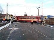 Dodávka se střetla v Holicích s motorový vlakem, řidiče odvezl vrtulník.
