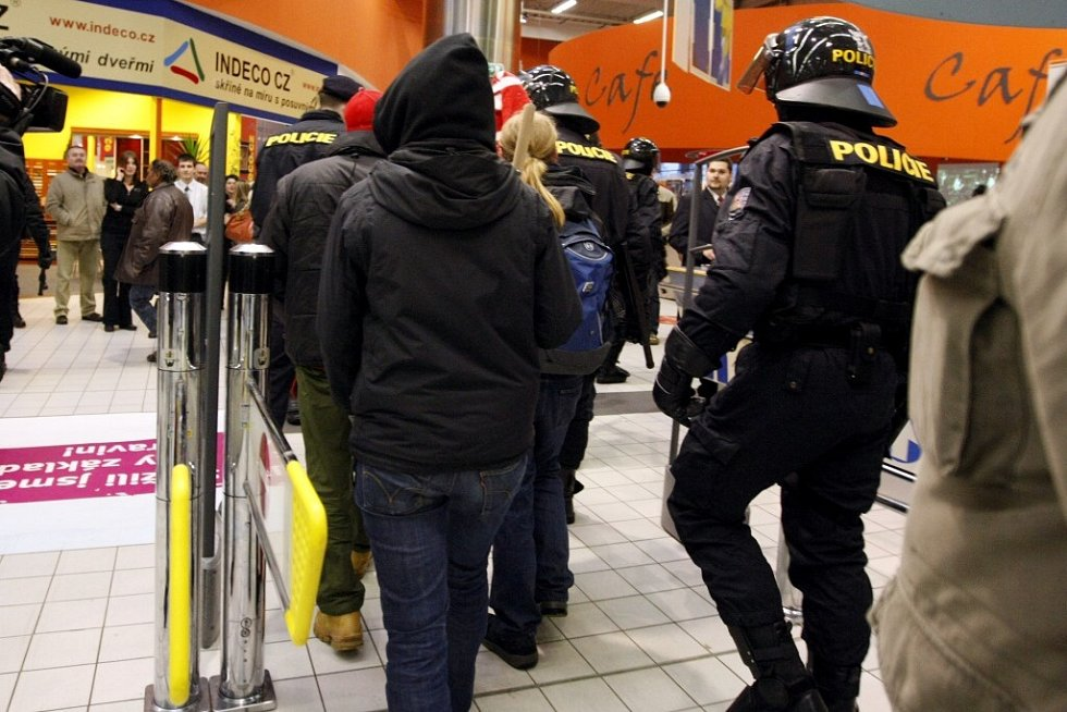 Policejní těžkooděnci v obchodním domě Hypernova, kde měla skupina neonacistů napadnout anarchisty