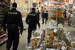 Při pronásledování skupiny útočníků se policisté dostali až do obchodního domu OBI