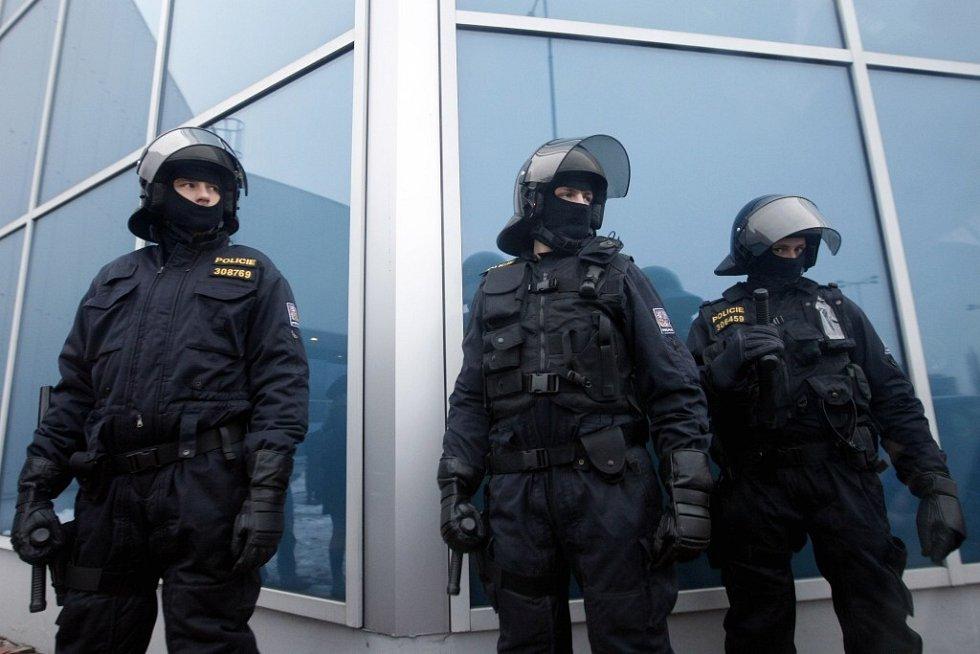 Policejní těžkooděnci před Hypernovou