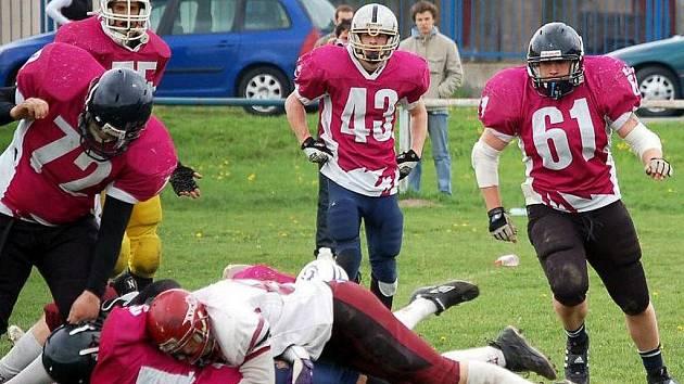 Americký fotbal není sport pro panenky. V Pardubicích existuje klub s názvem Stallions. Jejich útok právě zastavuje havířovská obrana. Na snímku Daniel Čapský (č. 72) a Jan Pavlík (č. 61).