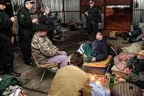"""Za bezdomovci vyráží asistentky prevence kriminality se strážníky v noci. Jen tak mají jistotu, že je najdou """"doma""""."""