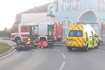 Nehoda ve Starém Hradišti. Motorkáři nedalo přednost auto.