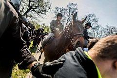 Policisté krajské pořádkové jednotky Pardubického kraje nacvičovali spolupráci s jízdním oddílem pražské policie.