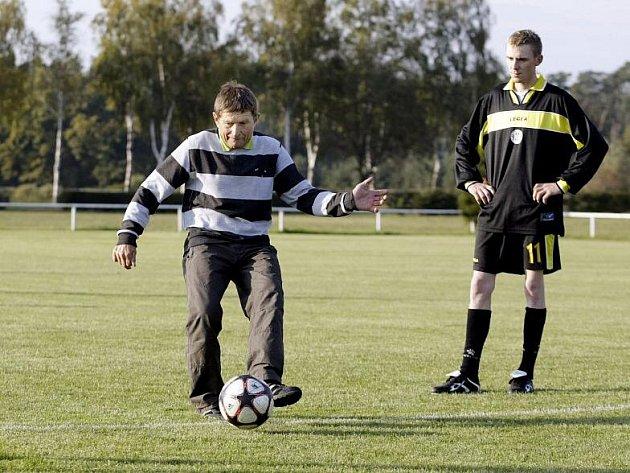 Netradiční fotbalový souboj mezi týmy složenými ze známých žokejů a parkurových jezdců vidělo dostihové závodiště v Kolesách nad Labem.