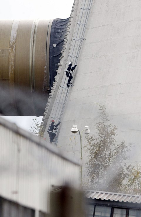 Policisté Pořádkové jednotky Pardubického kraje lezou na chladící věž.