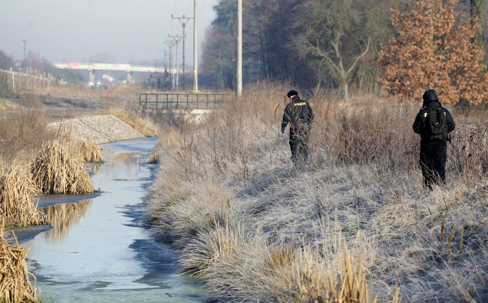 Leden 2013. Policisté propátrávají terén u Ohrazenic. Hledali 84letého důchodce, který se nevrátil domů.