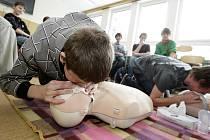 Na ZŠ Npor. Eliáše proškolili sedmáky z první pomoci žákyně Střední zdravotnické školy