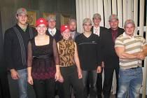 SKUPINA OCENĚNÝCH SPOTOVCŮ Univerzity Pardubice: Zleva: Tomáš Jirasek (DFJP), Veronika Blovská (FCHT), Jan Bartůněk, Kateřina Chlupová (FCHT), Jan Mikulášek (FCHT), Ondřej Charvát (FEI), Ladislav Pyskatý (FCHT), Jakub Mrákava (FF), Jakub Šubrt (DFJP).