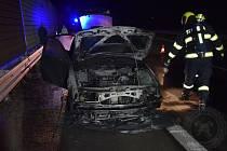 Noční požár auta v Ohrazenicích