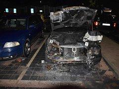 V ulici Družby v pardubických Polabinách v noci ze soboty na neděli shořel mercedes.