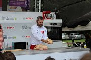 To, co Filip Töpfer drží v ruce, jsou kachní játra foie gras.