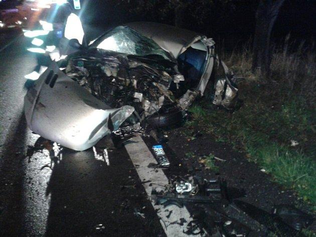 Dopravní nehoda ve Chvojenci. Hasiči museli řidiče z vozu vyprošťovat