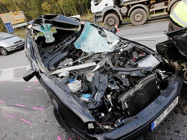 Řidič zřejmě přehlédl bagr a zezadu do něj narazil.