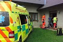 Ke zraněnému motorkáři dojeli hasiči a záchranná služba až domů.
