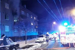 Požár a výbuch bytu v Sakařově ulici v Pardubicích. Tady se příčiny zatím ještě hledají.