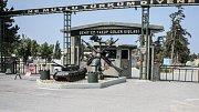 Toto není vjezd do hračkářství, ale vojenská základna ve městě. Jak asi vypadají jejich nástěnky?