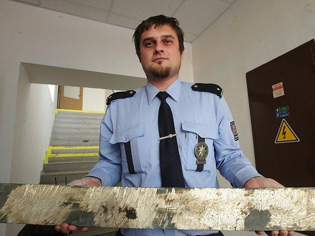 Desky, které policisté zadrželi ve sběrně kovů, pachatelé zničili. Aby je nápisy neprozradily, vybrousili je.